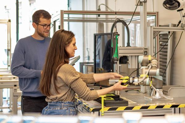 I robot collaborativi convincono con la loro semplice programmazione. © unibz | Eleonora Lunardoni
